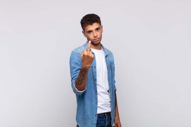 Jonge knappe man doet een slecht gebaar met zijn vinger