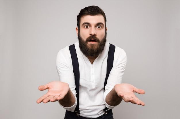 Jonge knappe man gebaren over wit.