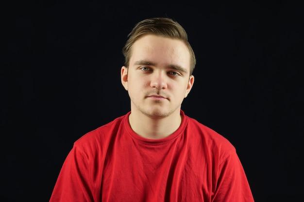 Jonge knappe man in casual t-shirt verontwaardigd en peinzend met fronsend gezicht