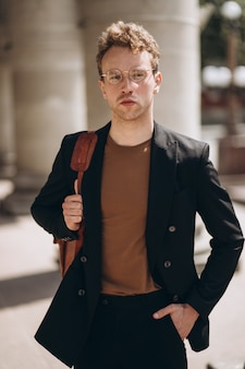 Jonge knappe man in een bril