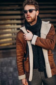 Jonge knappe man in een straat outfit