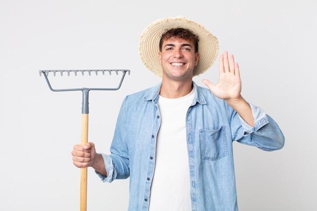 Jonge knappe man lacht en ziet er vriendelijk uit, met nummer vijf. boer concept