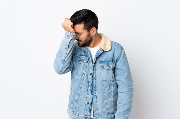 Jonge knappe man met baard geïsoleerd op wit met hoofdpijn