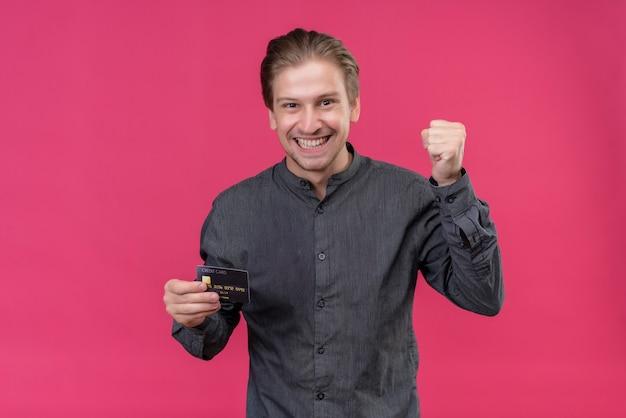 Jonge knappe man met creditcard