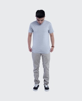 Jonge knappe man met een grijs t-shirt
