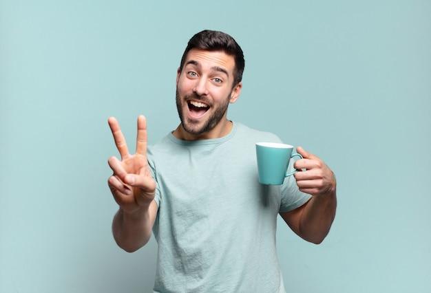 Jonge knappe man met een koffiekopje. ontbijt concept