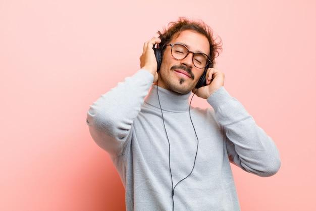 Jonge knappe man met een koptelefoon