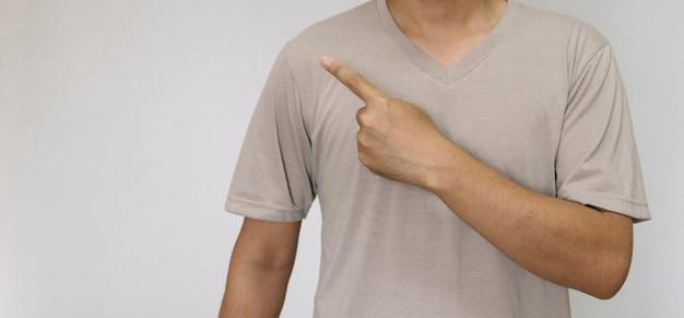 Jonge knappe man met een lichtbruin shirt met ander gedrag op het werk