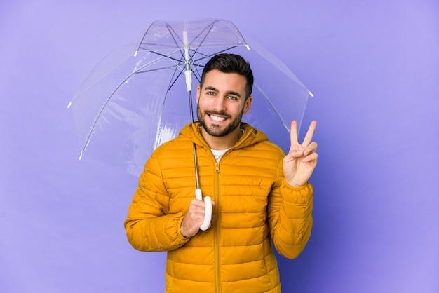 Jonge knappe man met een paraplu