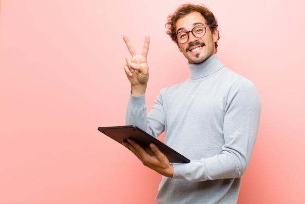 Jonge knappe man met een tablet