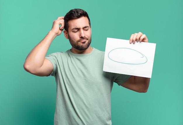 Jonge knappe man met een vel papier met een kopie ruimte