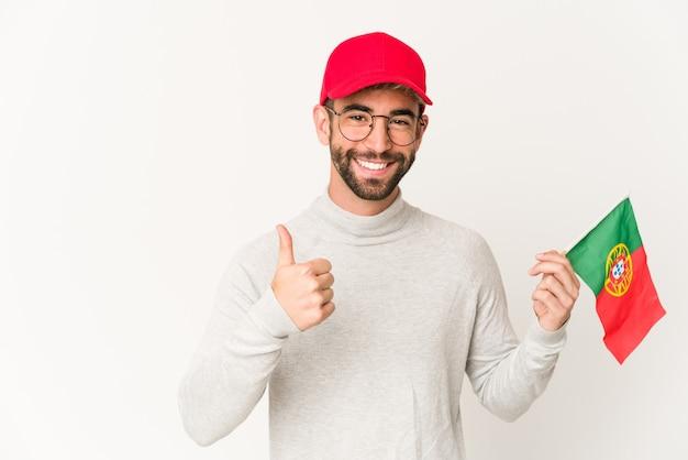Jonge knappe man met een vlag van portugal