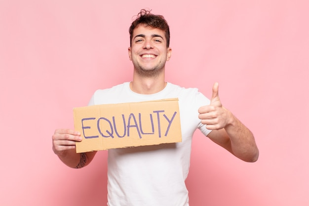 Jonge knappe man met gelijkheid bord