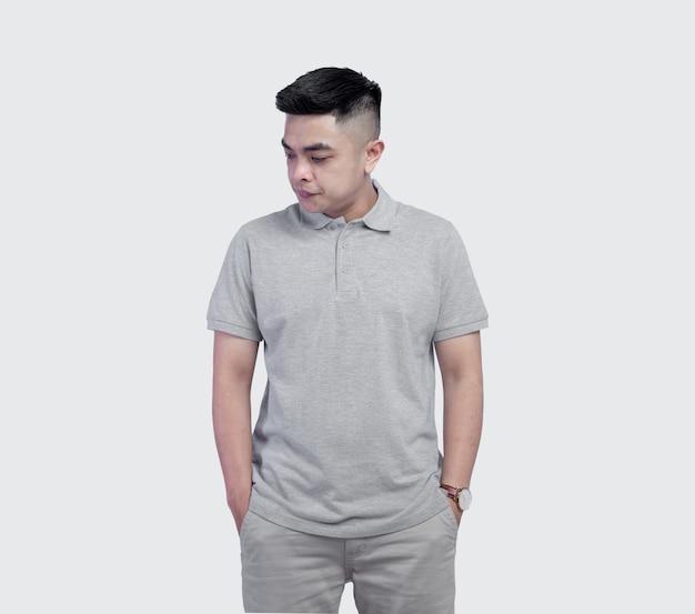 Jonge knappe man met grijs poloshirt