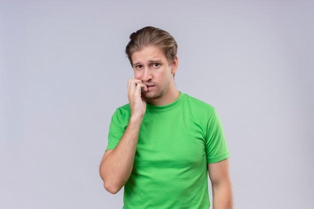 Jonge knappe man met groene t-shirt