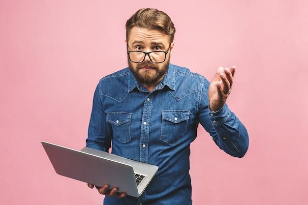 Jonge knappe man met laptop