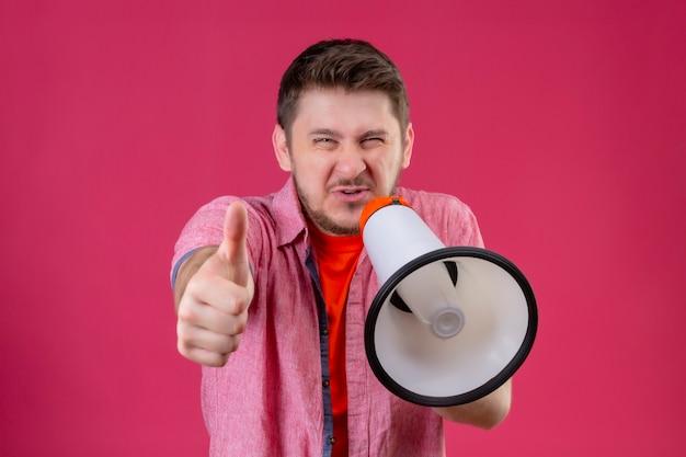 Jonge knappe man met megafoon schreeuwen