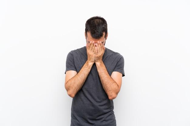 Jonge knappe man met vermoeide en zieke uitdrukking
