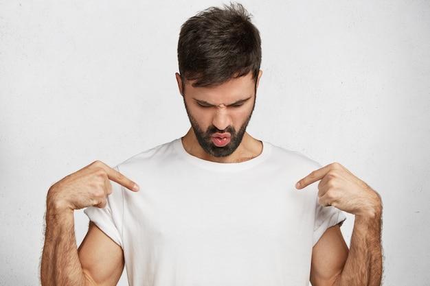 Jonge knappe man met wit t-shirt