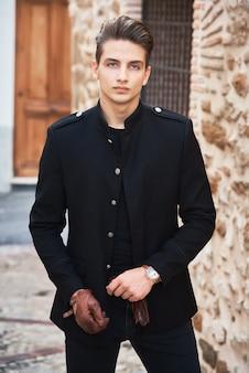 Jonge knappe man met zwarte kleding