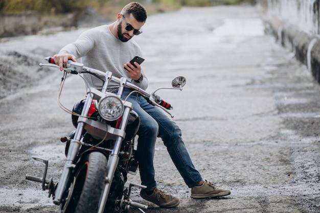 Jonge knappe man op motorfiets reizen