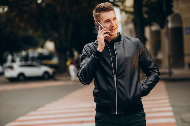 Jonge knappe man op straat lopen