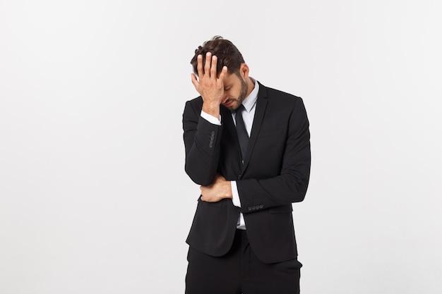 Jonge knappe man schreeuwt agressief, kijkt erg boos, gefrustreerd, verontwaardigd of geïrriteerd, schreeuwend. geïsoleerd