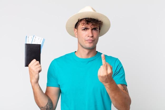 Jonge knappe man voelt zich boos, geïrriteerd, opstandig en agressief. reiziger met zijn paspoort