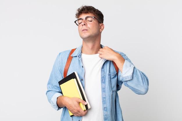 Jonge knappe man voelt zich gestrest, angstig, moe en gefrustreerd. universitair studentenconcept
