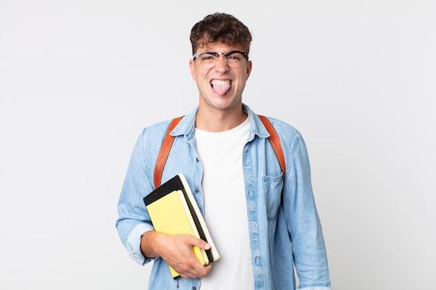 Jonge knappe man voelt zich walgelijk en geïrriteerd en tong uit. universitair studentenconcept