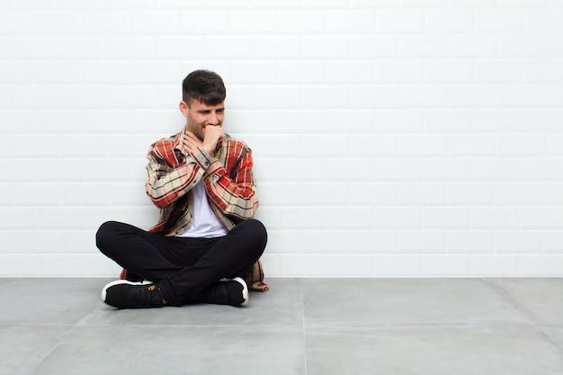 Jonge knappe man ziek met een zere keel en griep symptomen
