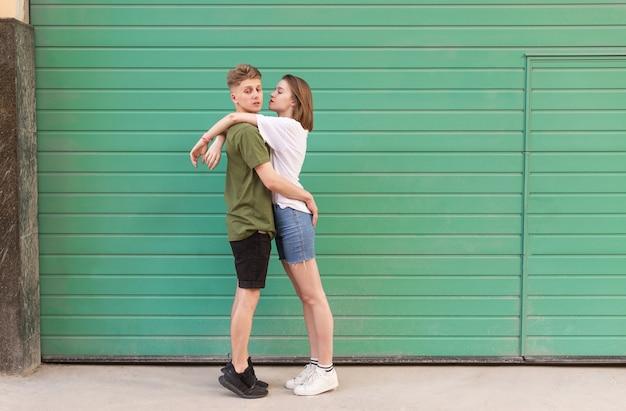Jonge knappe mensen knuffelen op een green