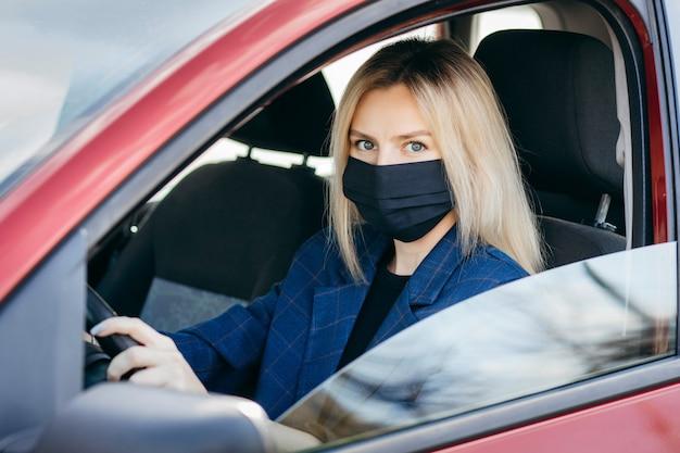 Jonge knappe mode vrouw met rugzak in masker van gezichtsvervuiling om zichzelf te beschermen tegen het coronavirus dat in de stad loopt