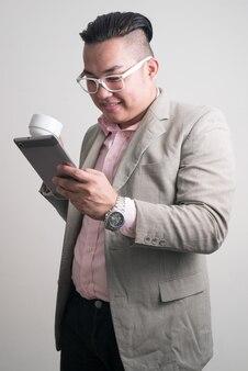Jonge knappe overgewicht filipijnse zakenman in pak