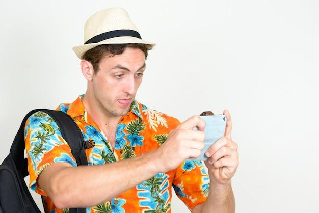 Jonge knappe toeristenmens klaar voor geïsoleerde vakantie