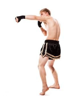 Jonge knappe vechter in korte broek
