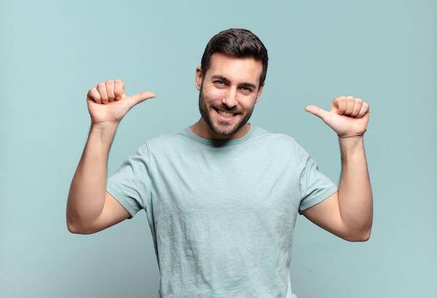 Jonge knappe volwassen man die zich trots, arrogant en zelfverzekerd voelt, er tevreden en succesvol uitziet en naar zichzelf wijst