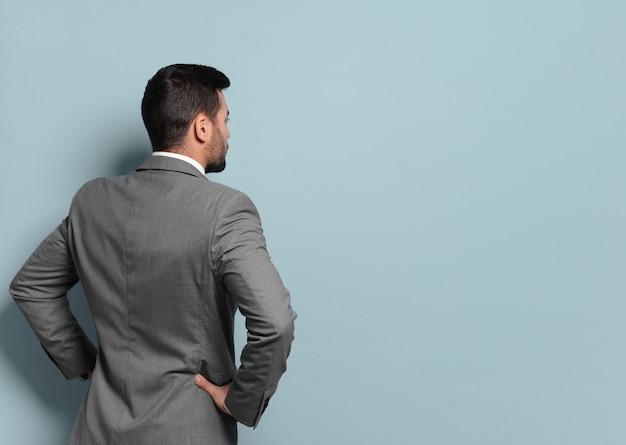 Jonge knappe zakenman denken of twijfelen. het vergelijken van opties