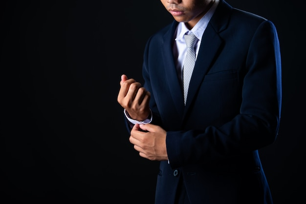 Jonge knappe zakenman grijs