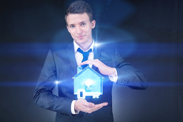 Jonge knappe zakenman in hypotheekconcept