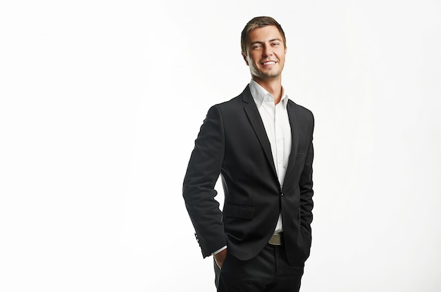 Jonge knappe zakenman in zwart pak