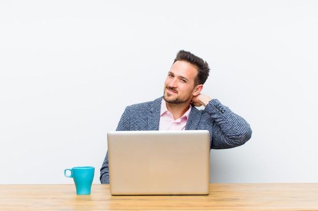 Jonge knappe zakenman lachen vrolijk en vol vertrouwen met een ongedwongen, gelukkige, vriendelijke glimlach