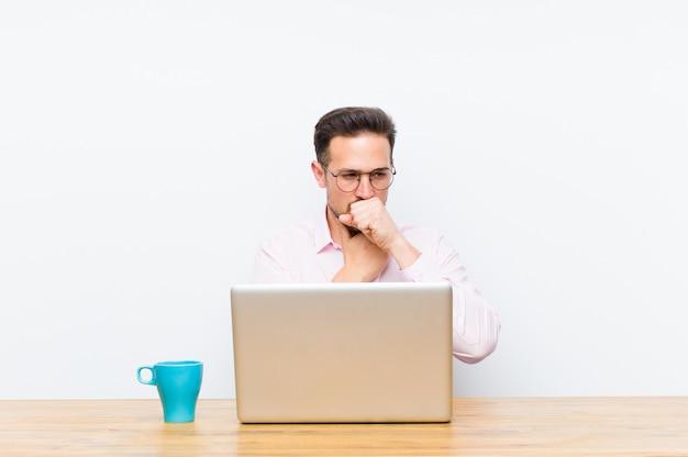 Jonge knappe zakenman ziek voelen met een keelpijn en griep symptomen