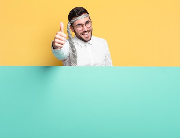 Jonge knappe zakenmanpartij of het vieren van een succesconcept