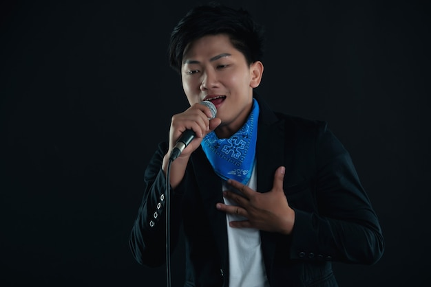 Jonge knappe zanger man in casual kleding