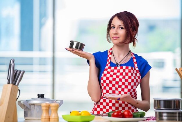 Jonge kok die in de keuken werkt