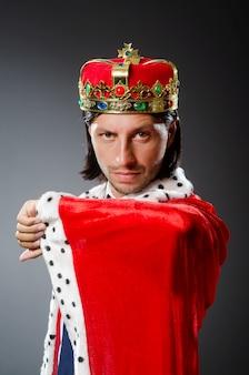 Jonge koningszakenman in koninklijk concept