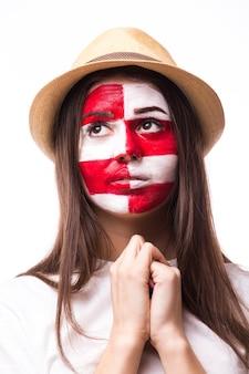Jonge kroatische voetbalfan met bidgebaar op witte muur wordt geïsoleerd die