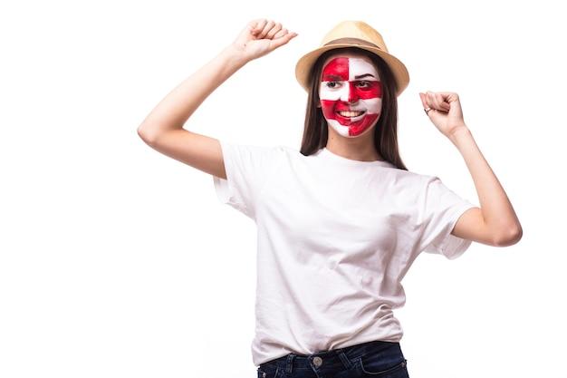 Jonge kroatische voetbalfan met winstgebaar dat op witte muur wordt geïsoleerd