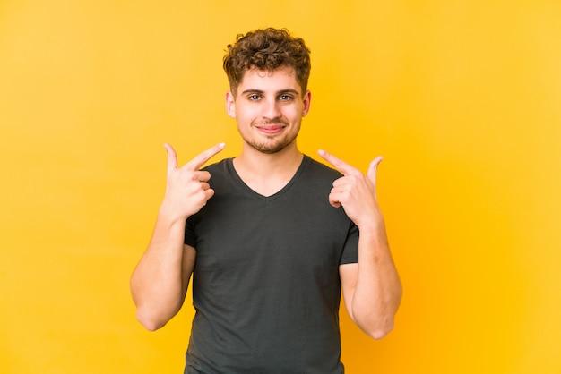 Jonge krullende blonde man wijzende mond